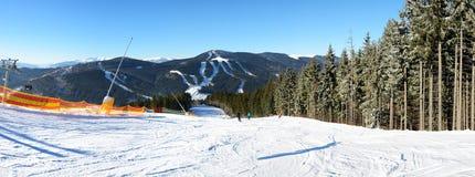 Het panorama van de helling van Bukovel-skitoevlucht stock foto's