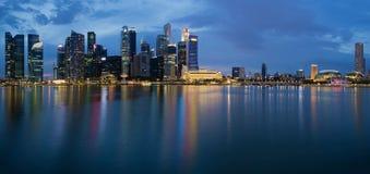 Het Panorama van de Horizon van de Stad van Singapore bij Schemering Stock Fotografie