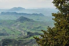 Het panorama van de Italiaanse heuvels van de vesting van San brengt in de war Royalty-vrije Stock Foto's