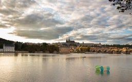 Het panorama van de het Kasteelavond van Charles Bridge en van Praag Stock Afbeeldingen