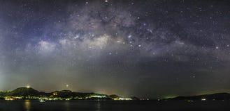 Het panorama van de melkweg stock foto
