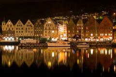 Het panorama van de nacht van Bergen, Noorwegen Stock Foto