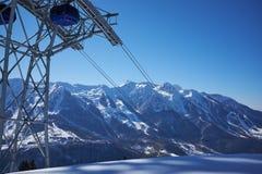 Het panorama van de skitoevlucht met de cabine van de kabelwagenlift Oezbekistan, Chimgan-gebied, de lente van 2006 Royalty-vrije Stock Afbeelding