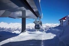Het panorama van de skitoevlucht met de cabine van de kabelwagenlift Oezbekistan, Chimgan-gebied, de lente van 2006 Stock Afbeeldingen