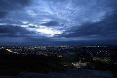 Het panorama van de stad bij nacht Stock Foto