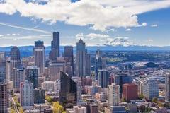Het panorama van de stad van Seattle en zet Regenachtiger op stock fotografie