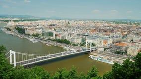 Het panorama van de stad van Boedapest, over de Rivier van Donau gaat de witte brug van Erzsebet over stock videobeelden