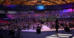 Het Panorama van de stadiummening, Partij, Gekleurde Confettien, Menigte Stock Foto's