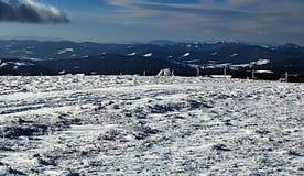 Het panorama van de winterbergketens tijdens het snowshoeing in Fischbacher Alpen Stock Foto