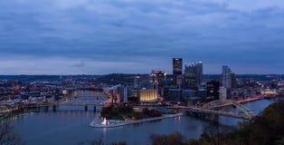 Het panorama van de de zomeravond van Pittsburgh van de binnenstad, Pennsylvania stock foto