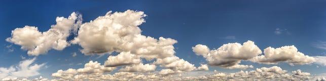 Het panorama van de zomerwolken met maan stock fotografie