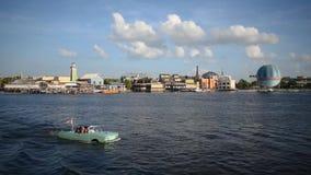 Het panorama van Disney springt en mensen die van de rit van de amphibiosauto genieten bij het Uitzichtgebied van Meerbuena op