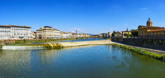 Het panorama van Florence of van Florence van Arno-rivier en Carraia-med Stock Afbeelding