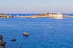 Het panorama van grote witte cruisevoering bevindt zich op dok in haven bij haven in warm zonsonderganglicht, Ibiza, de Balearen, royalty-vrije stock fotografie