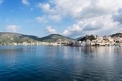 Het panorama van het Poroseiland, Griekenland Stock Afbeeldingen