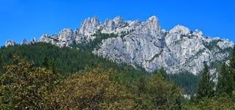 Het panorama van kasteelsteile rotsen Stock Afbeeldingen