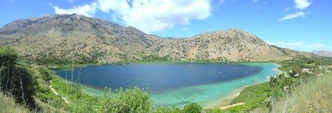 Het panorama van Kournos van het meer stock afbeelding