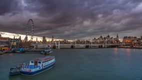 Het panorama van Londen bij zonsondergang stock video