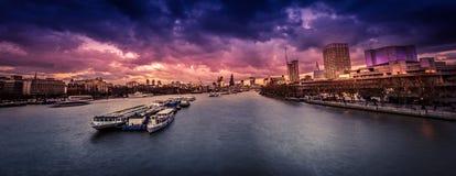 Het panorama van Londen na zonsondergang stock fotografie