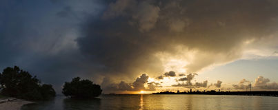 Het panorama van Miami met zonsondergangonweer Stock Foto's