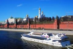 Het Panorama van Moskou het Kremlin De zeilen van het cruiseschip op de rivier van Moskou Stock Foto