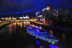 Het panorama van Moskou het Kremlin bij nacht royalty-vrije stock afbeelding