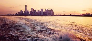 Het panorama van New York bij zonsopgang Royalty-vrije Stock Foto's