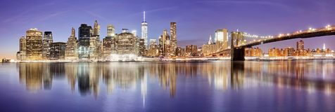 Het panorama van New York met de brug van Brooklyn bij nacht, de V.S. royalty-vrije stock afbeeldingen