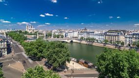 Het Panorama van Parijs met Cite Eiland en Kathedraal Notre Dame de Paris timelapse van de Arabische observatie van het Wereldins stock video