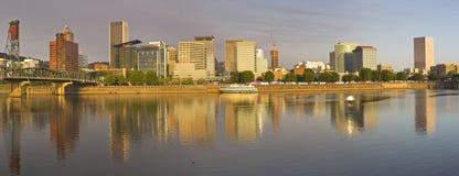 Het panorama van Portland Oregon in ochtendlicht Stock Afbeelding