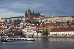 Het panorama van Praag met Kasteel en Charles Bridge stock afbeelding
