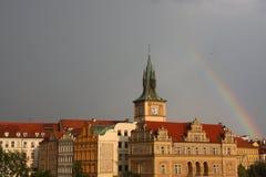 Het panorama van Praag met regenboog stock fotografie