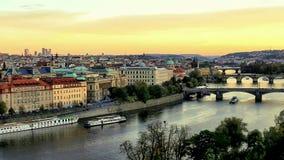 Het panorama van Praag vóór zonsondergang