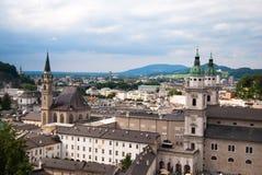 Het panorama van Salzburg en van alpen Stock Foto's