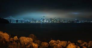 Het panorama van San Francisco bij nacht Stock Fotografie