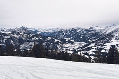 Het panorama van sneeuw behandelde alpiene bergen stock fotografie