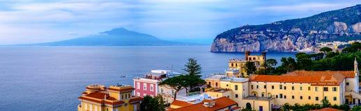 Het panorama van Sorrento, de Vesuvius en Middellandse Zee Italië Stock Foto