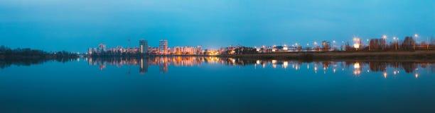 Het panorama van Stedelijke Woonwijk overziet aan Stadsmeer of Rivier Royalty-vrije Stock Foto's