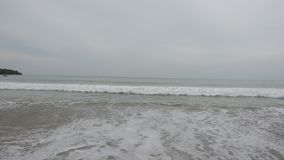 Het panorama van het strand van Bali Jimbaran Indonesië, Rode vlag een signaal van het verbod om wegens een grote golf, surfers t stock video