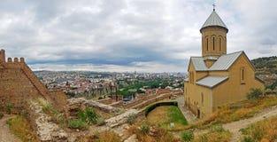Het panorama van Tbilisi, Georgië: Sinterklaas-kerk en Moedervesting van Tbilisi, Narikala, het centrum van Tbilisi en oude stad, stock afbeeldingen