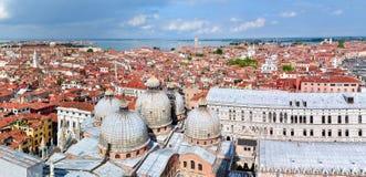 Het panorama van Venetië vanaf St Teken` s Campanile bovenkant, Italië stock fotografie