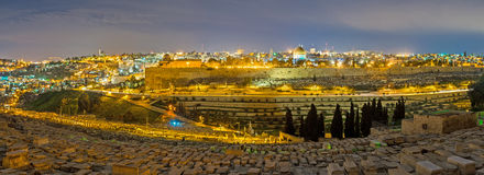 Het panorama van verlicht Jeruzalem Stock Foto's