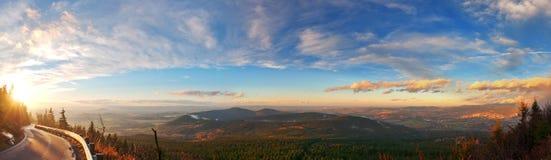 Het panorama van zonsondergangheuvels stock afbeeldingen