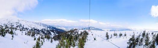 Het panorama vanaf bovenkant van de berg om te skien toevlucht en stoel heft het dalen op De wintervakantie en het concept van de stock afbeeldingen