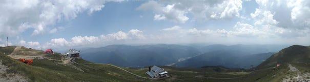 Het panorama vanaf de bovenkant van de Bucegi-bergen en, in de afstand, de Prahova-Vallei stock afbeelding