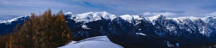 Het panoramabergen van de de wintertijd over Bucegi-Bergen in Roemenië De Staart van de de winterfee stock foto