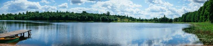 Het panoramalandschap van het de zomermeer Stock Foto's