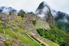 Het panoramamening van Machupicchu aan ruïnes en bergen stock afbeelding