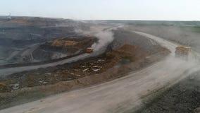 Het panoramasatellietbeeld schoot de mijnbouw van de open kuilmijn, kipwagens, die het mijnbouw ontdoende van werk uithakken Grot stock videobeelden