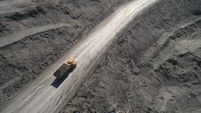 Het panoramasatellietbeeld schoot de mijnbouw van de open kuilmijn, kipwagens, die het mijnbouw ontdoende van werk uithakken Grot stock video